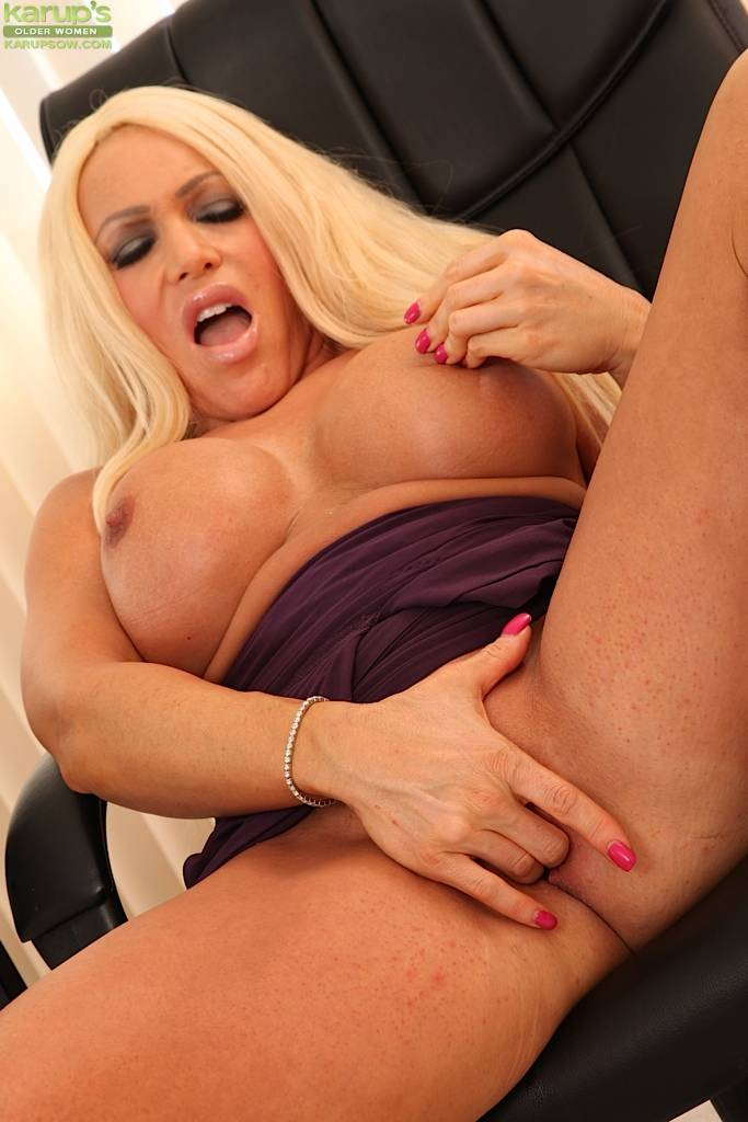 Busty Older Babe Alexis Diamonds Fingers Her Juicy Twat At Karupsow