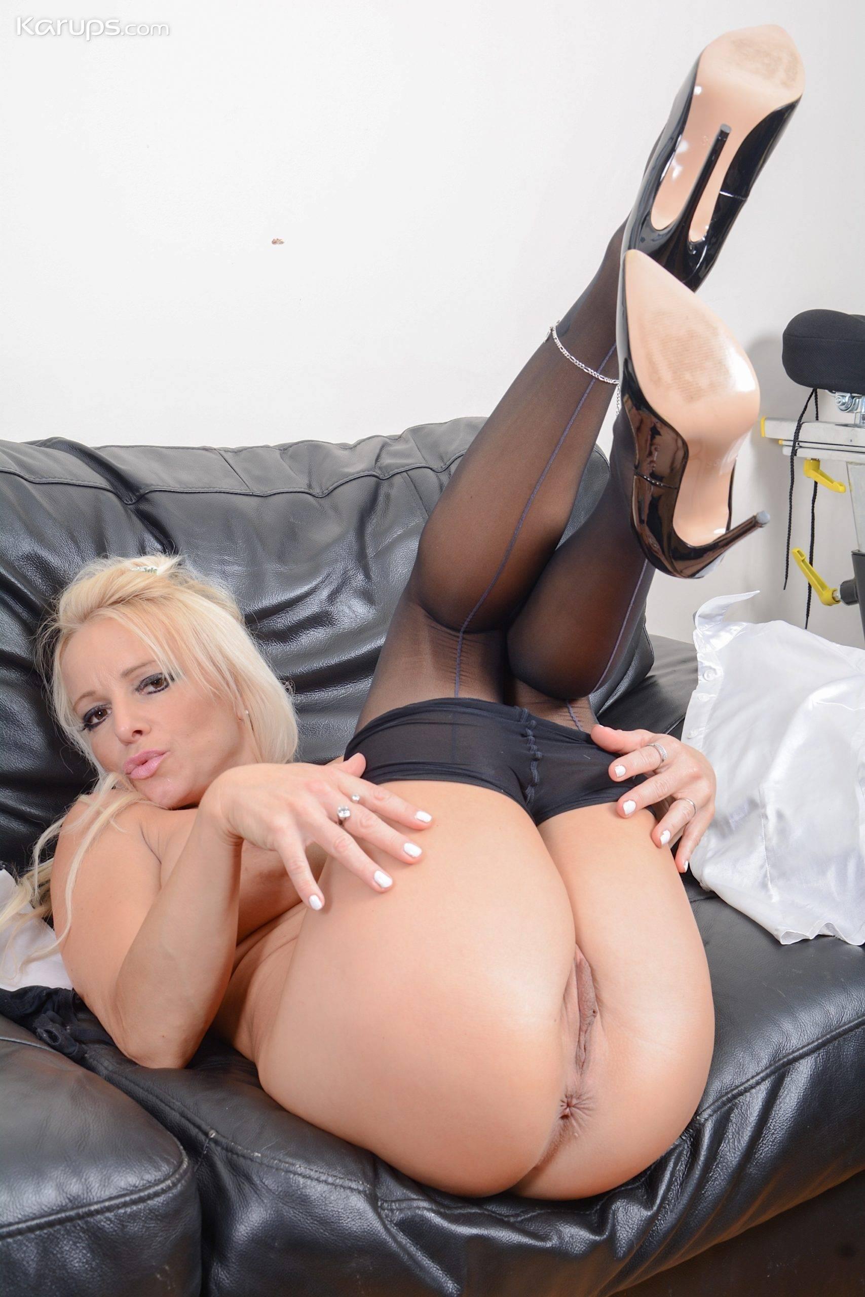Older babe Tara Spades pulls down pantyhose and rubs her mature pussy at Karupsow