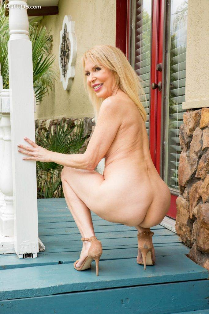 Super Horny Grandma Erica Lauren Strips Butt Ass Naked At Karupsow