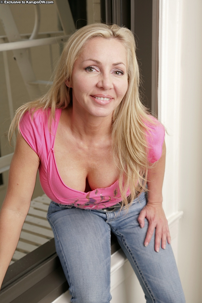 Busty Blonde Cougar Lisa Toys Her Horny Pussy At Karupsow